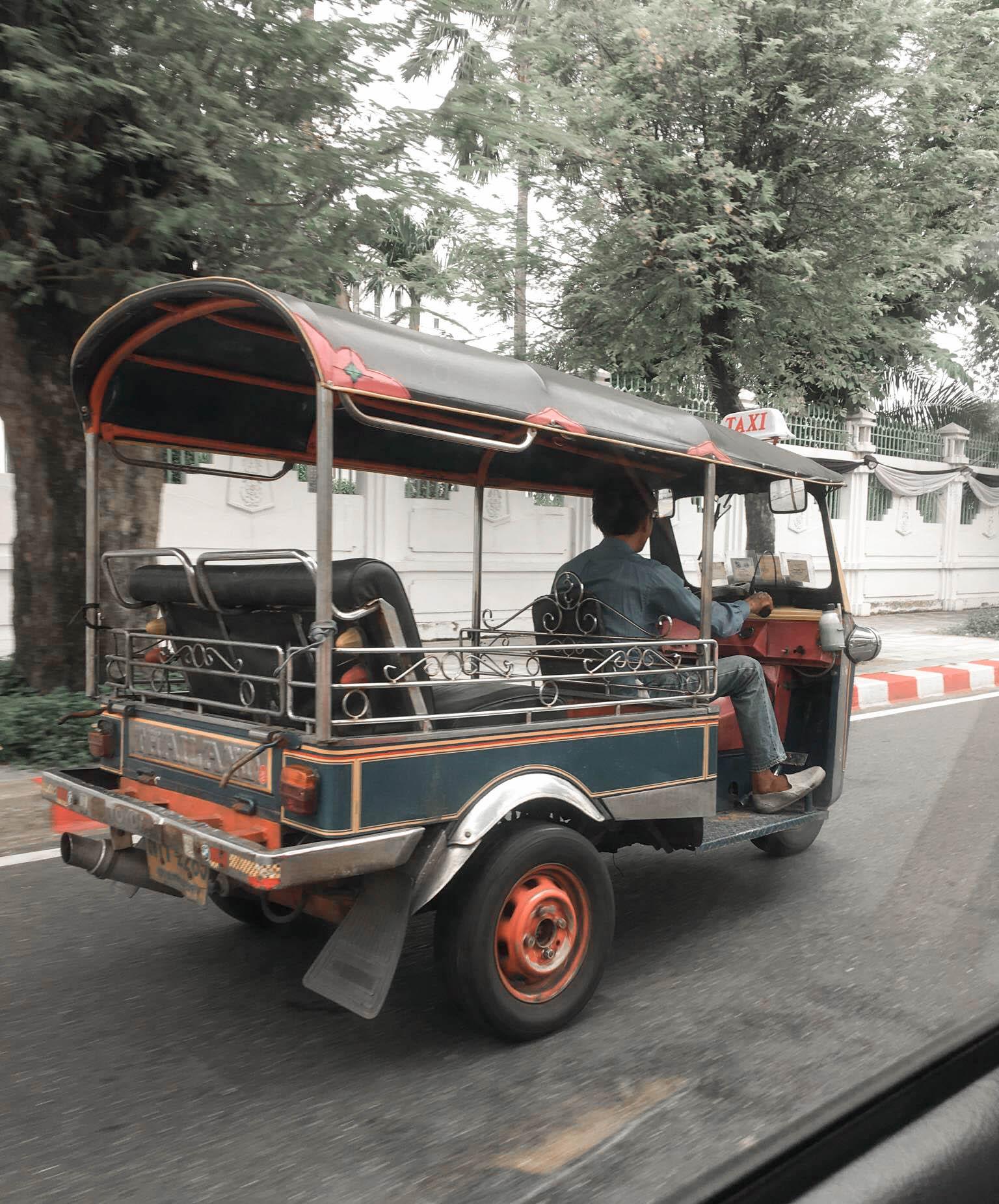 Tuk tuk dans la rue à Bangkok