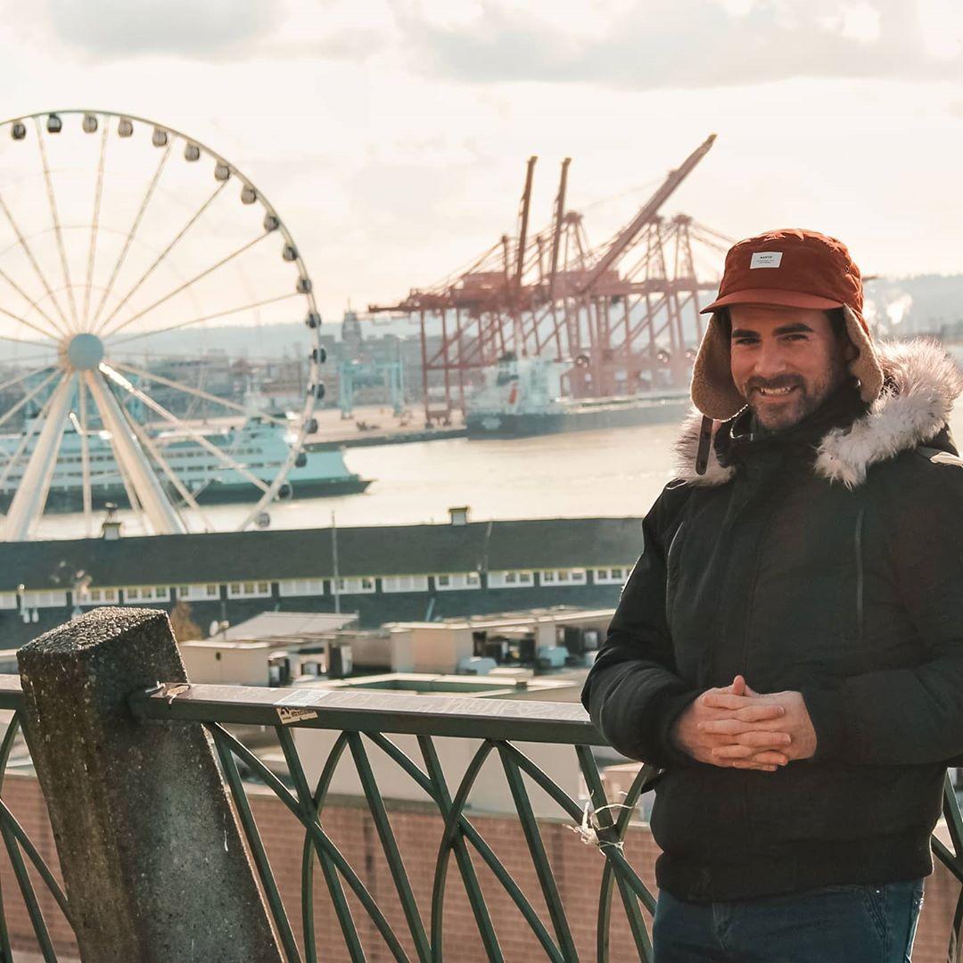 Monsieur Jetlag devant la grande roue de Seattle