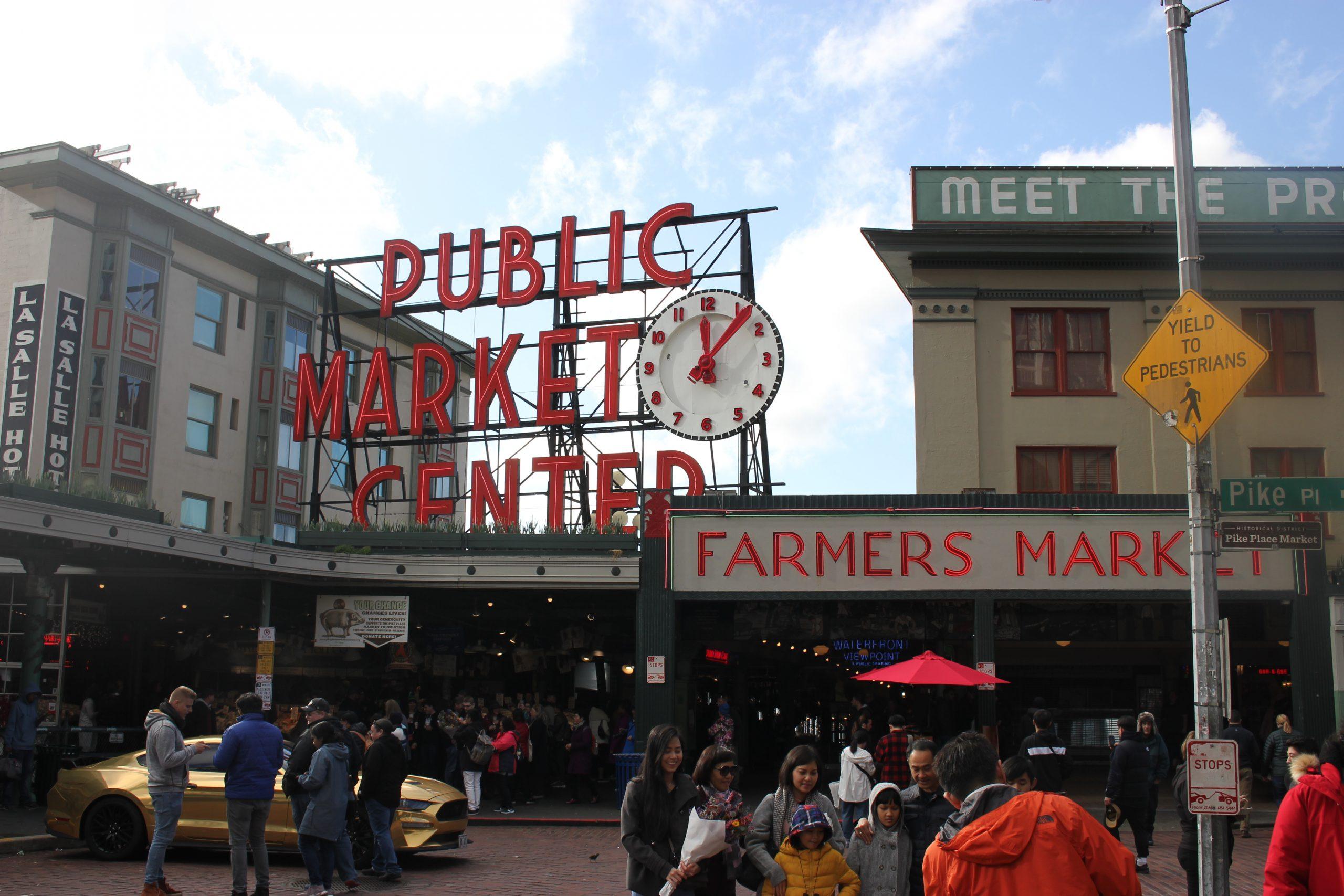 Marché de Pike Place de jour avec la foule