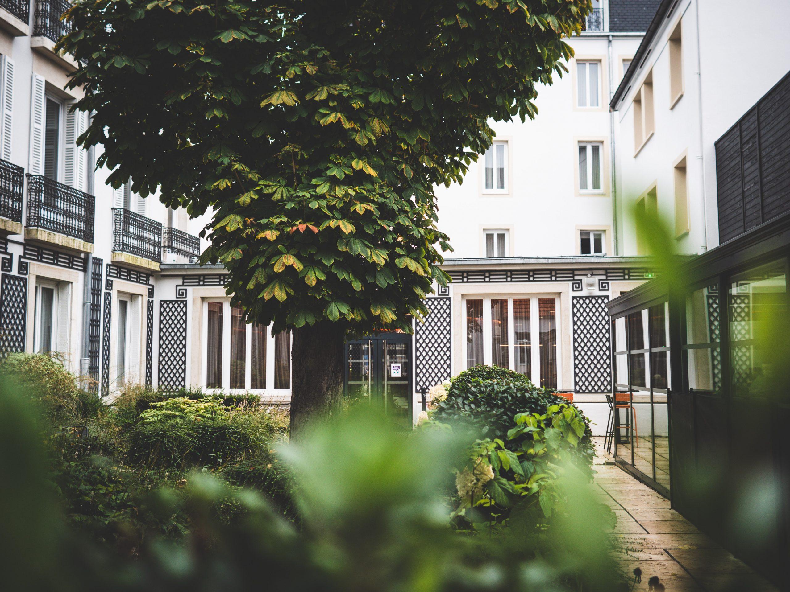 Le jardin de l'hôtel Le Jura à Dijon - chaine Océania