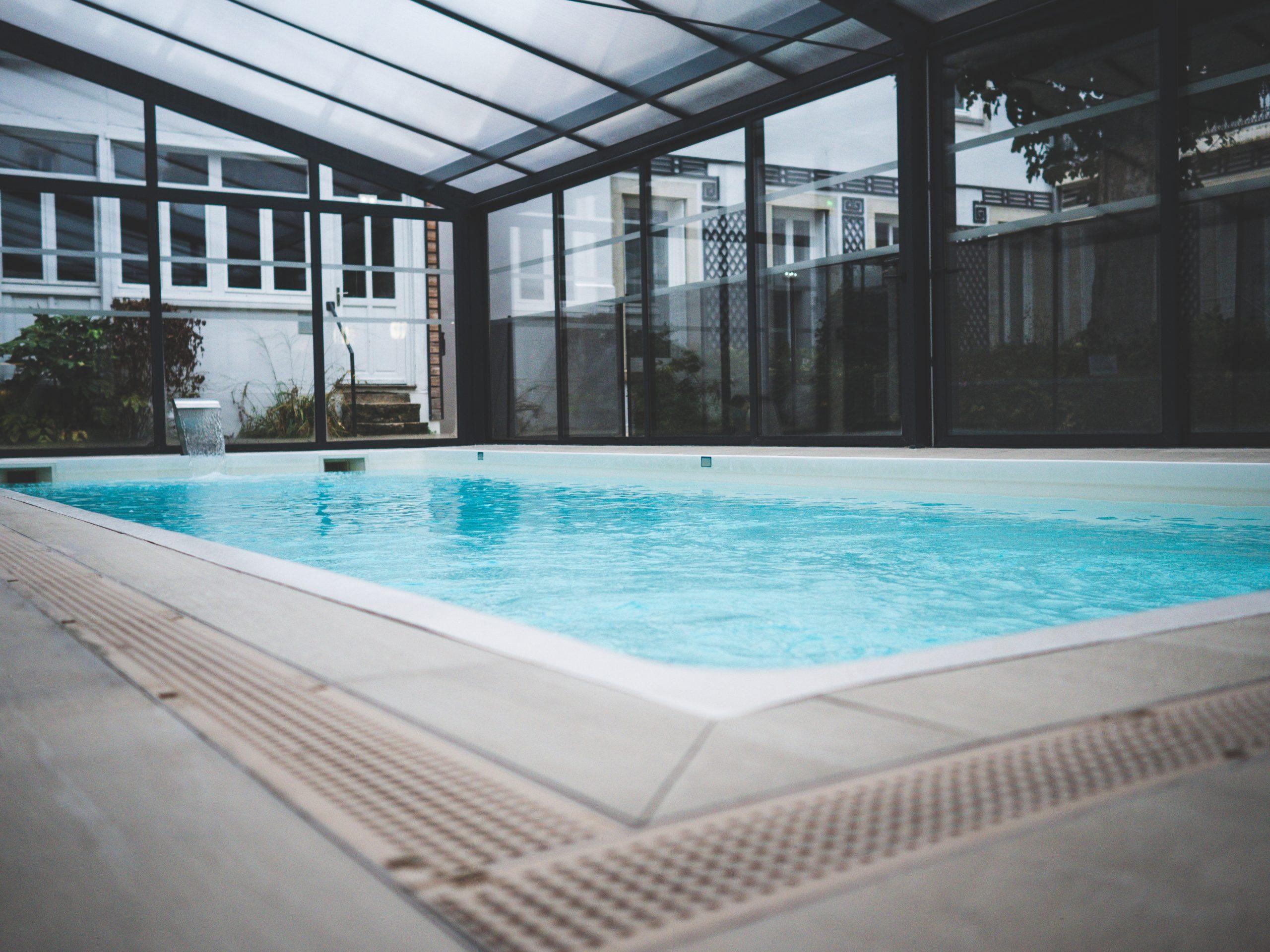 Piscine couverte de l'hotel le Jura à Dijon