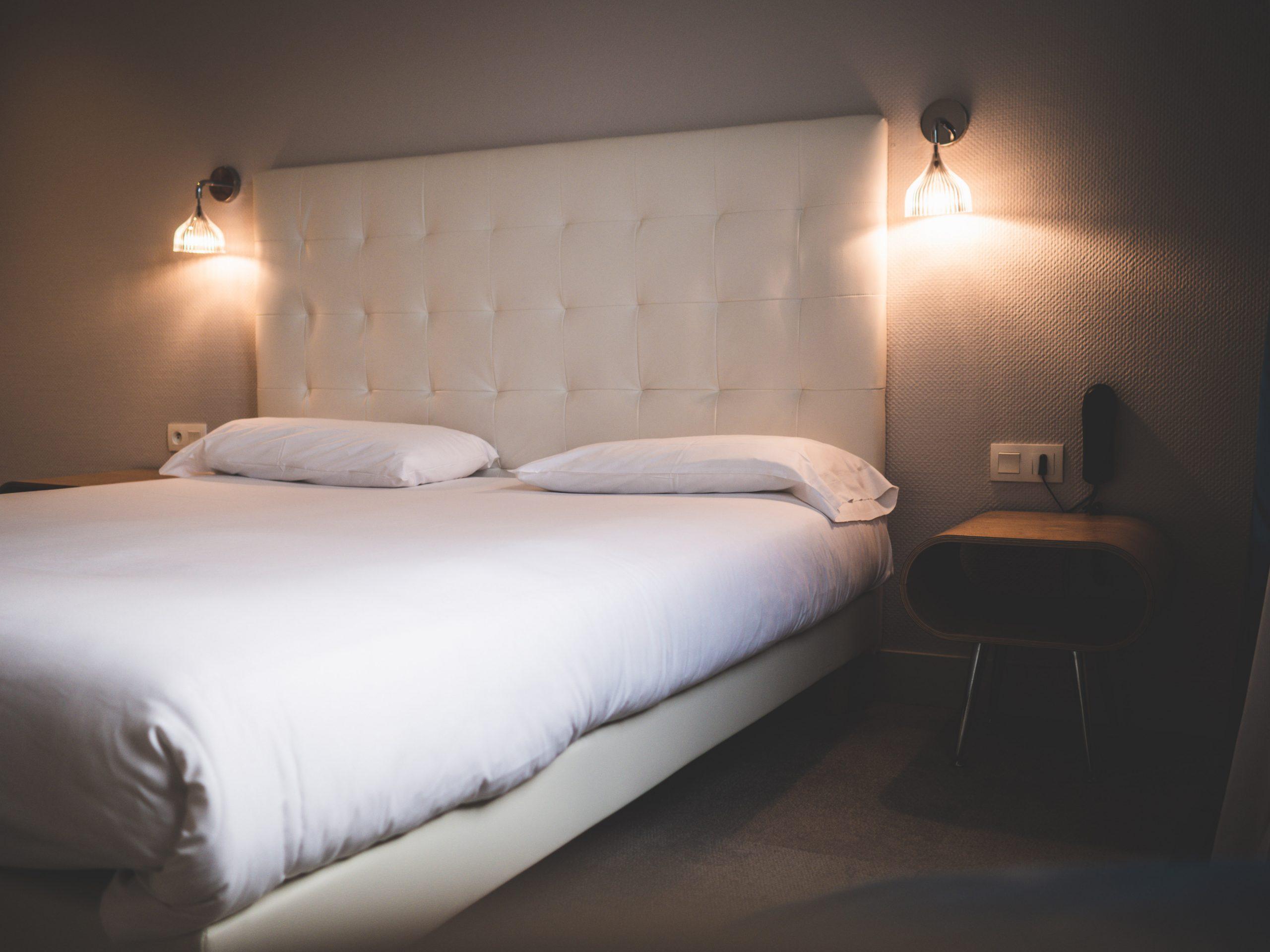 Le lit de la jolie chambre hôtel Escale Lorient en Bretagne.