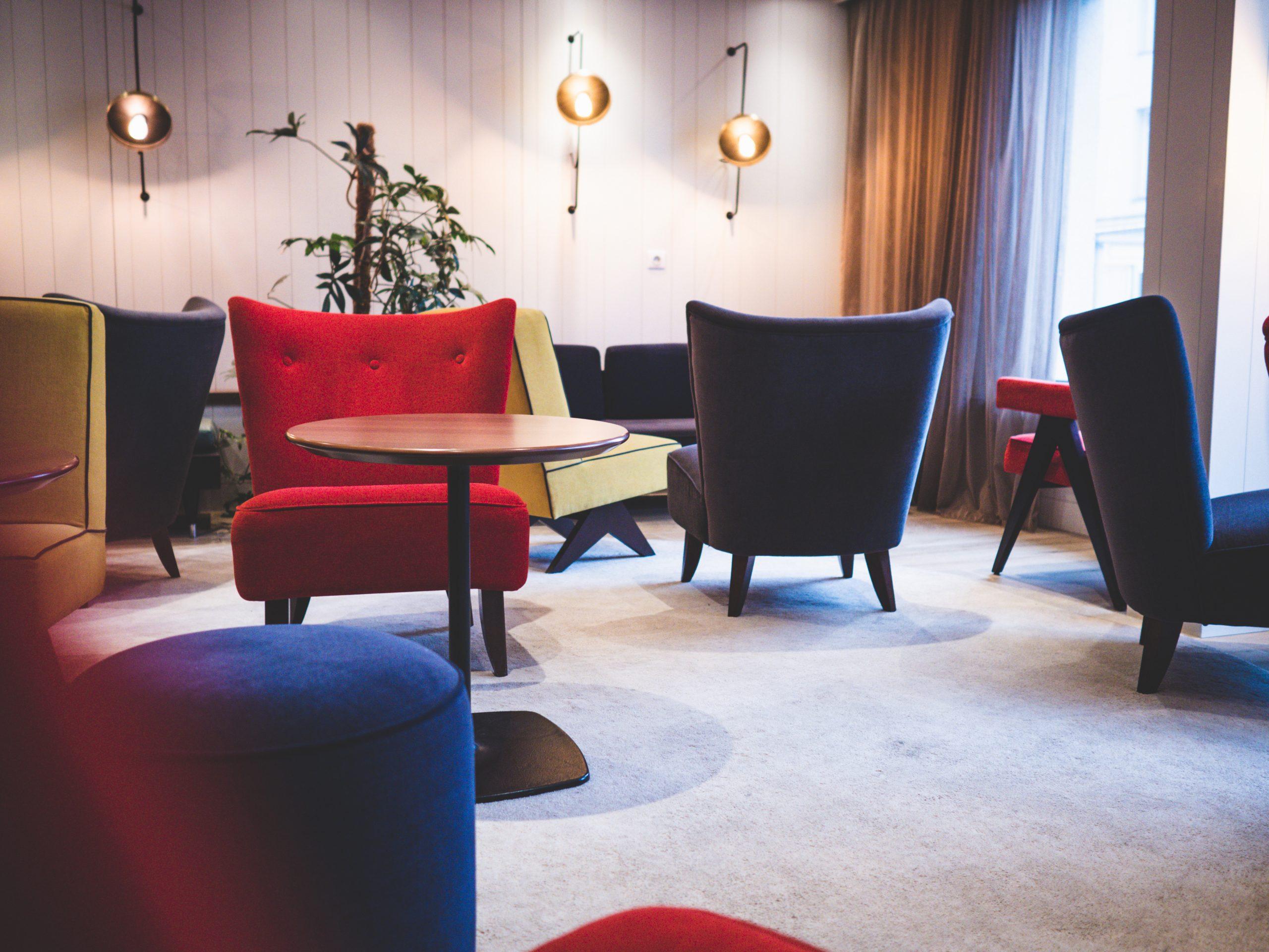 Salon commun coloré de l'hôtel Escale Oceania à Saint Malo en Bretagne.