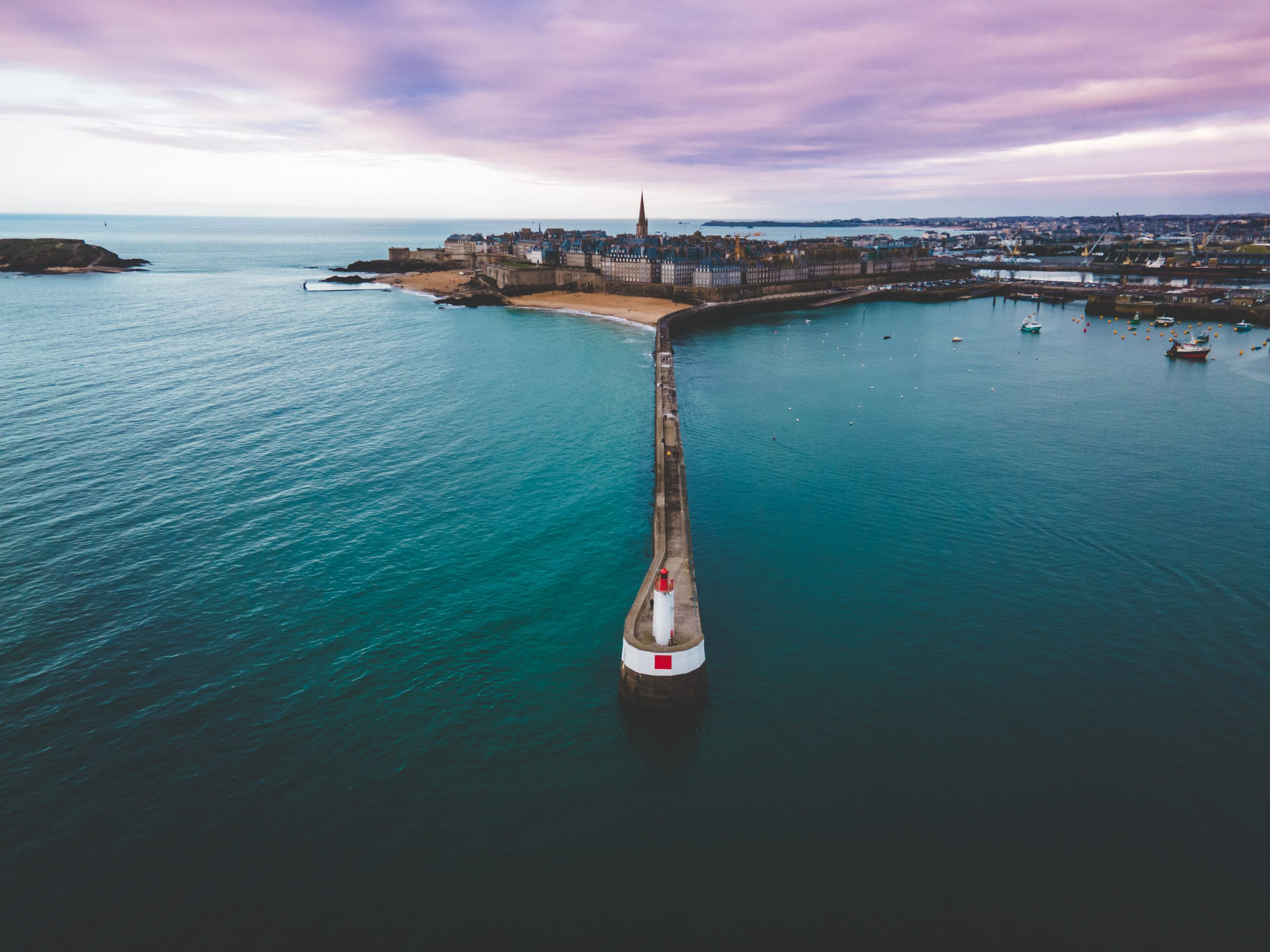 Le phare de Saint-Malo et sa mythique jetée en forme de serpent vue depuis un drône