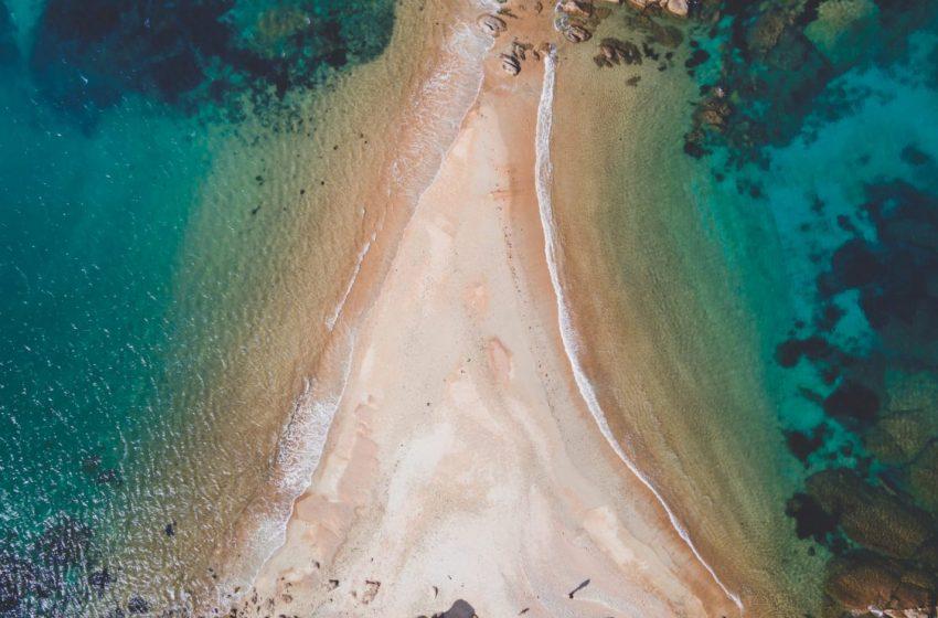 plage du dé à Trégastel vu de drone