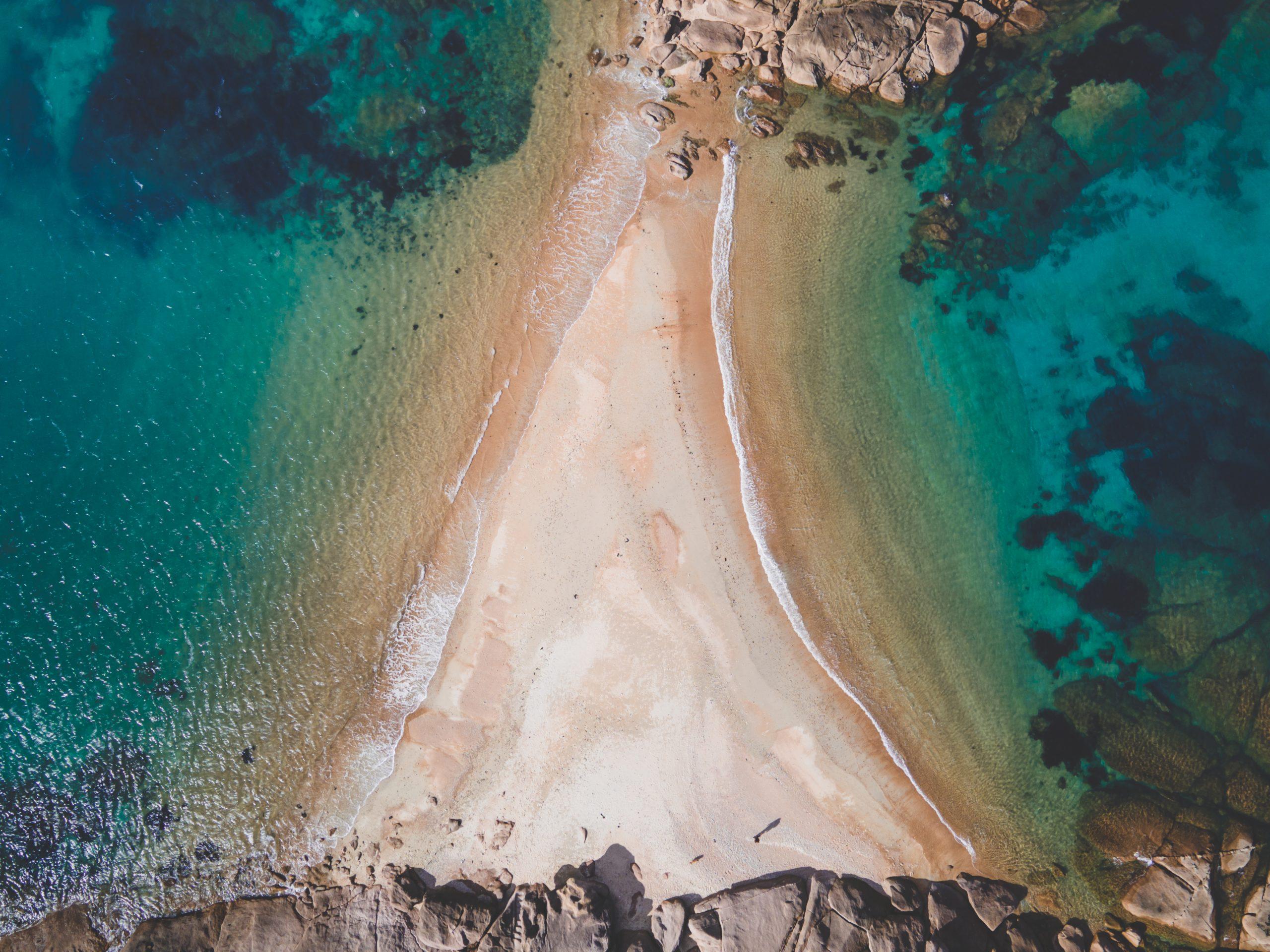 Vue du drone sur la plage de Trégastel, plage du dé