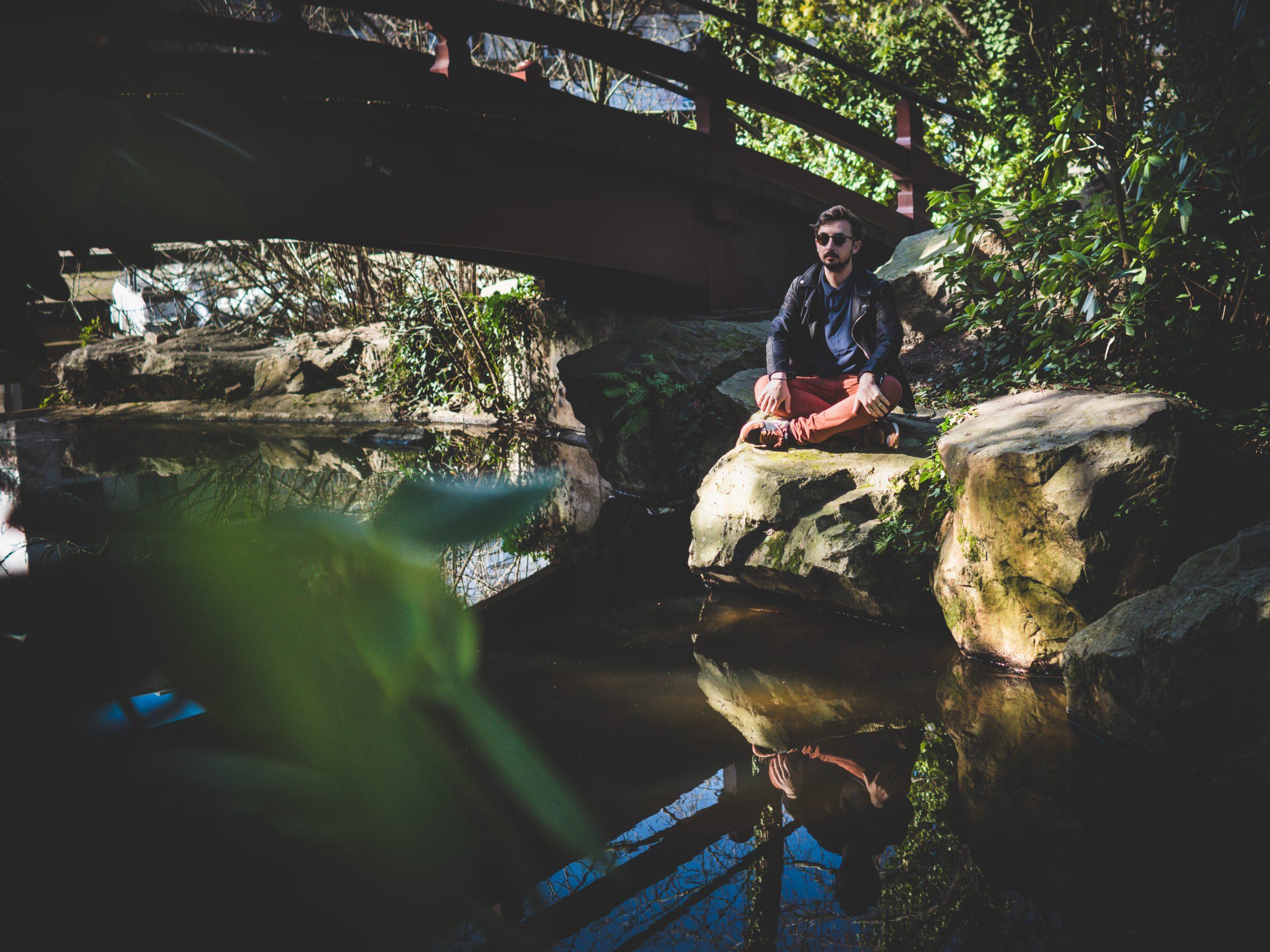 Repos méditatif au jardin japonais de l'île de versailles de Nantes