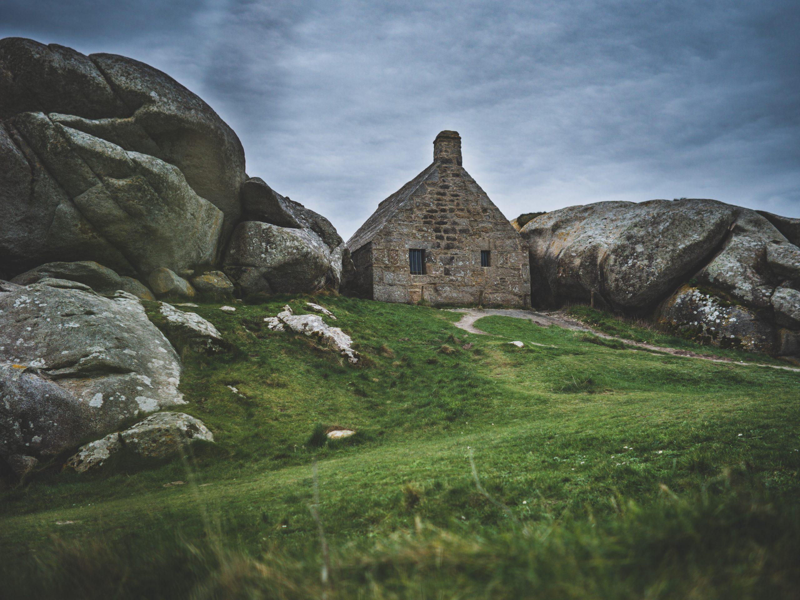 Maison coincée entre deux rochers en Bretagne à Ménéham (Menez Ham)